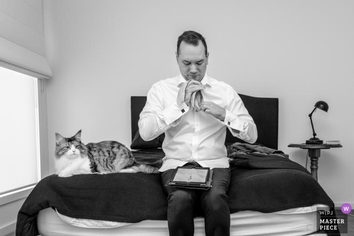 Novios en casa, Melbourne preparando su corbata antes de la ceremonia de boda