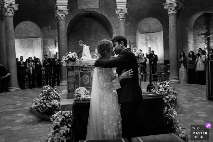 Mausoleo Santa Costanza, novia y novio de Roma se besan durante la ceremonia de boda