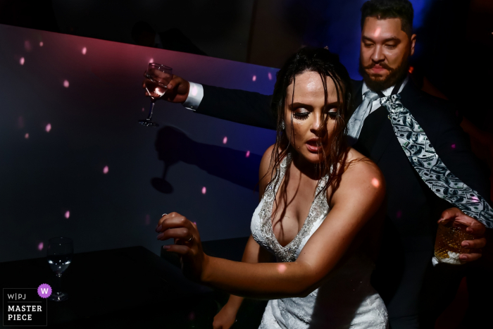 Picture of the bride and groom dancing hard at their Goiânia wedding reception.