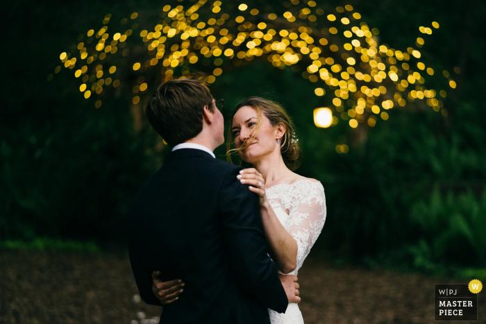 Photo des mariés se souriant l'un à l'autre avec un bokeh à Minneapolis, dans le Minnesota