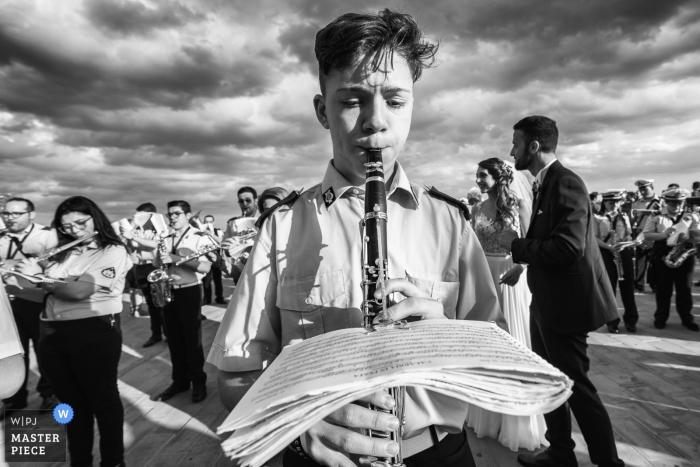 Foto im Freien einer Band, die Musik für die Braut und den Bräutigam in Sicilia spielt