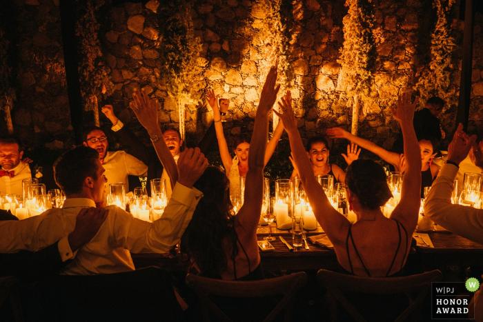 Fiesta nupcial de San Miguel disfrutando de la recepción a la luz de las velas en México.