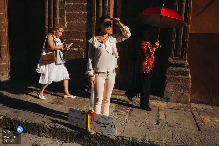 Foto al aire libre de un invitado esperando a los novios en San Miguel, México.