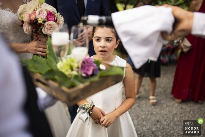 Het de bloemmeisje van Italië let op iedereen bij de huwelijksontvangst