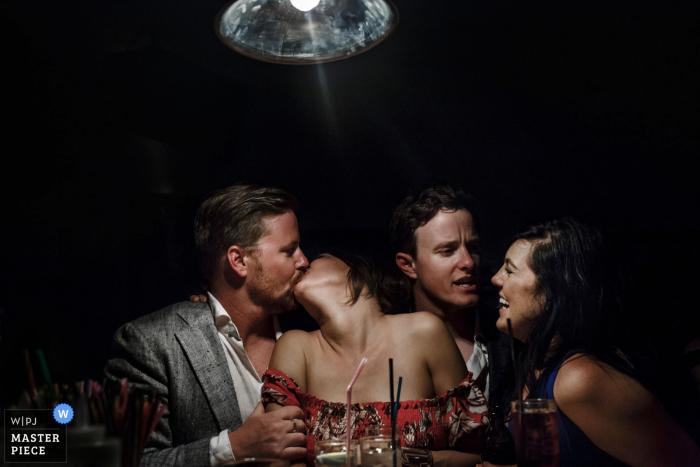 2 parejas en el bar de la fiesta posterior - fotógrafo de bodas para Santorini, Grecia
