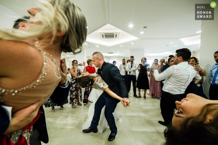 Pastorano novios bailando mientras están rodeados de otras parejas bailando y sumergiéndose