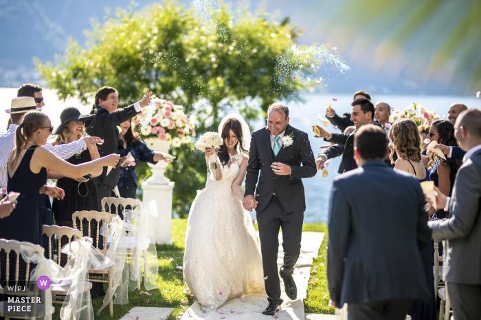 Lecco-gasten gooien rijst buiten bij de bruid en bruidegom na de huwelijksceremonie