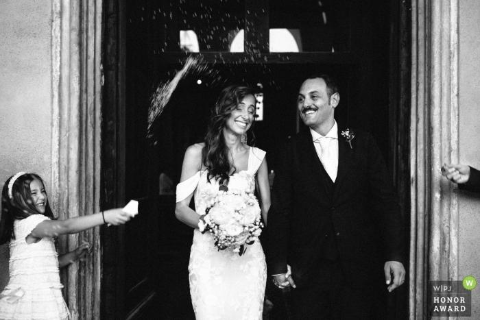 Italien Braut und Bräutigam gehen aus der Tür nach der Venedig-Kirche Zeremonie