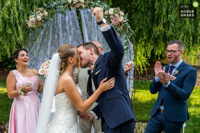 Les mariés de Molino s'embrassent pendant la cérémonie de mariage en plein air