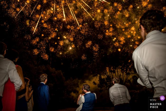 Brautparty betrachtet oben Feuerwerke bei der Hochzeitszeremonie in La Ferme de Trézulien, Frankreich