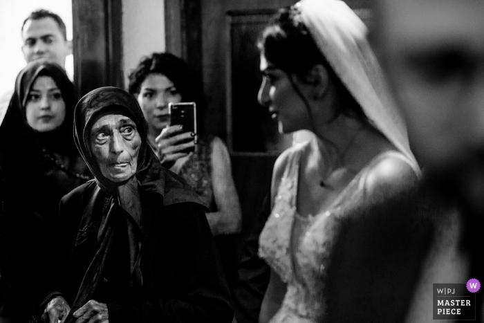 Die Braut lächelt bei der Hochzeitszeremonie, während sie sich in Pazar, Rize und Truthahn kleidet