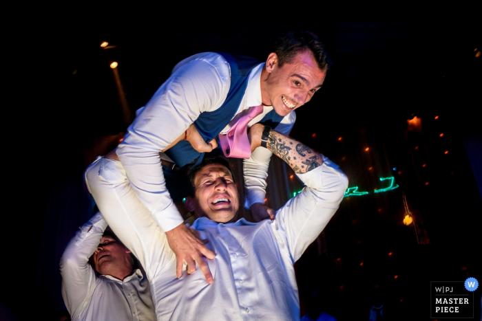 Bruidegom en de beste man met plezier op de bruiloftsreceptie in Rosario, Argentinië