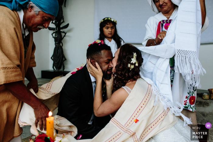 Beso de novios durante la ceremonia de boda en la ciudad de Oaxaca, Oaxaca, México