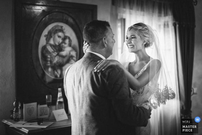 De bruid koestert haar vader vóór de huwelijksceremonie in Abbazia San Faustino