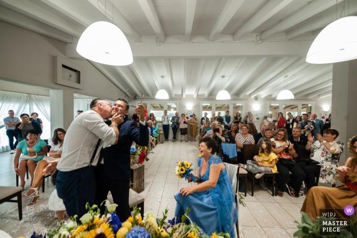 Un beso inesperado en una boda en Brescia.