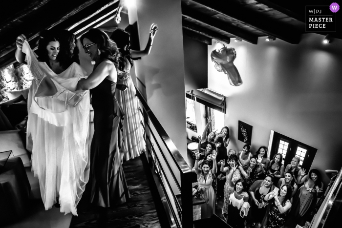 Fotojournalist van het huwelijk in Athene bruidsvoorbereidingen op de meerdere verdiepingen in zijn zwart-witfoto