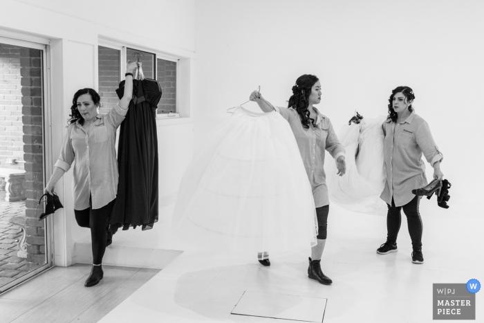 Demoiselles d'honneur travaillent rapidement pour déplacer les robes | Blackburn Elizabethan Lodge, Melbourne, Victoria, Australie.