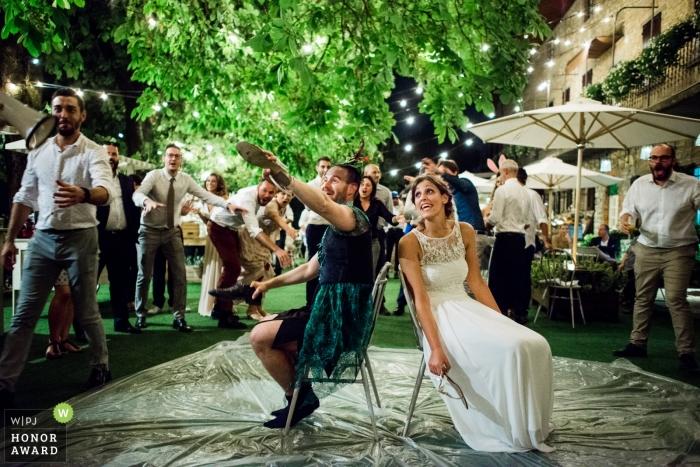 Peter Pan y la novia jugando el juego de zapatos en una recepción de boda en Bérgamo