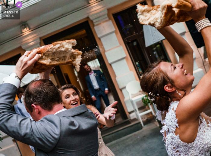 Stara bułgarska tradycja - łamanie chleba ślubnego   Sofia, Bułgaria