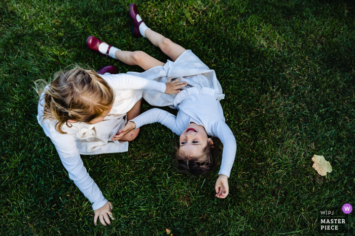 kids at weddings playing in the grass - wedding photographer for belgium