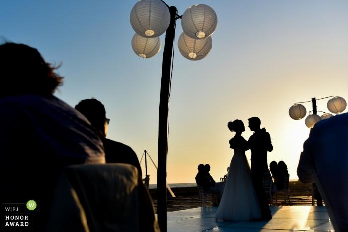 Sesión de bodas en Puerto Vallarta con una pareja bailando en su primer baile en México en la recepción al aire libre