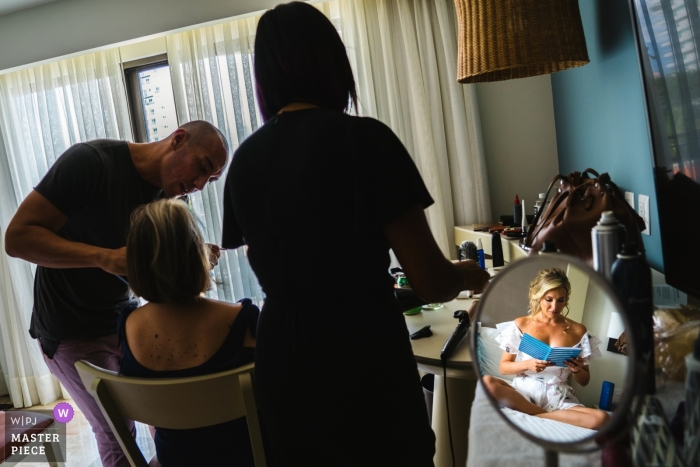 Foto de boda de Puerto Vallarta de una sesión de maquillaje con la novia y las damas de honor   preparándose la fotografía de boda
