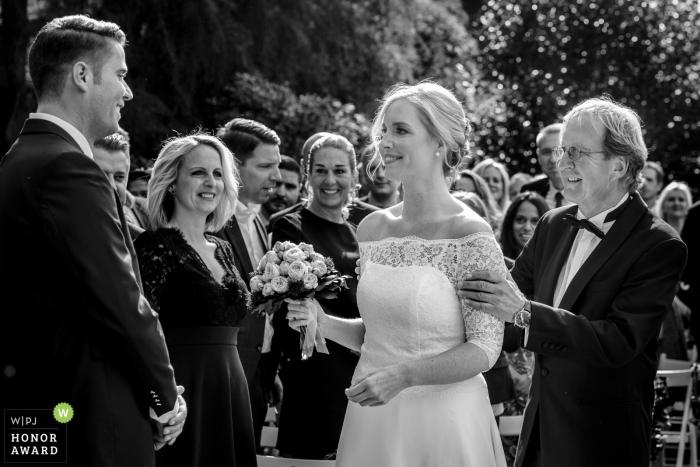 Aix-la-Chapelle mariage photojournalisme image du père présentant sa fille à l'époux lors de la cérémonie en plein air