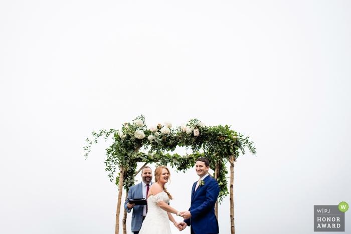 Waitsfield, Vermont-Paar während ihrer Hochzeitszeremonie im Freien unter klaren Himmeln