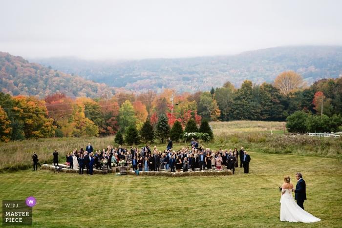 Warren, Vermont Wedding Reception Venue - Foto von Braut und Vater, die über den Rasen zur Zeremonie gehen