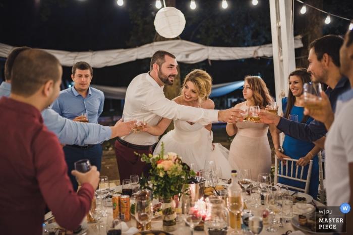 Lovech Hochzeitsshooting mit ein paar Klirren mit Gästen und Freunden während des Toasts