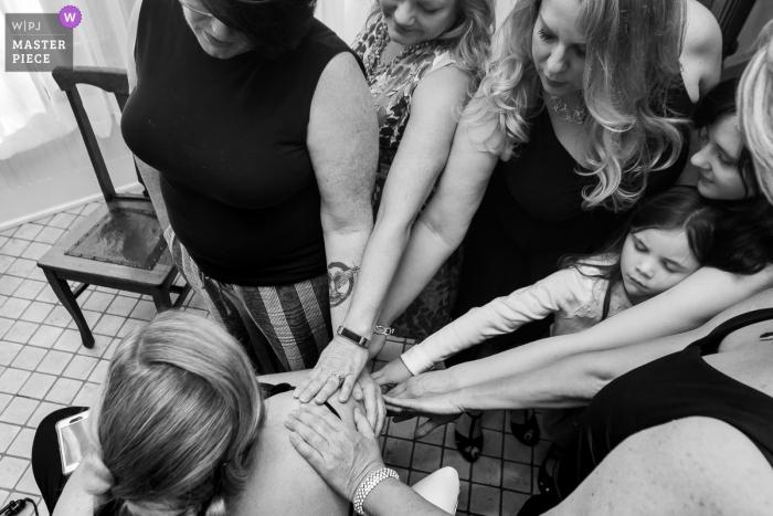 Howard House, Decatur, GA-Hochzeitsfoto der Braut, die vorbei mit dem Legen von Händen gebetet wird