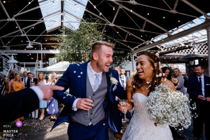 De confettien van de huwelijksceremonie bij de Bond, Birmingham worden geschoten dat