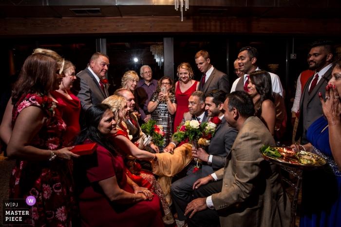 Photo d'un couple entouré de la famille par un photographe de mariage de haut niveau à Minneapolis - Cérémonie indienne Family Love