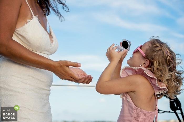 Le photojournalisme de mariage à Key West, FL - fille de fleur au mariage de plage.