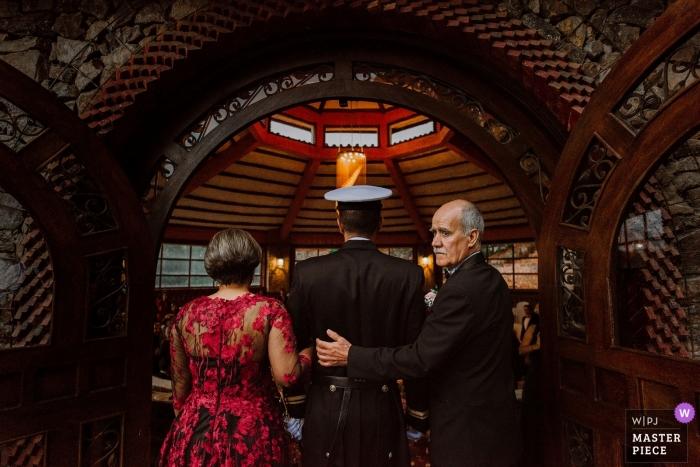 Tibasosa, Colombia huwelijksfoto van een militair kerkhuwelijk van de bruidegom en zijn ouders.
