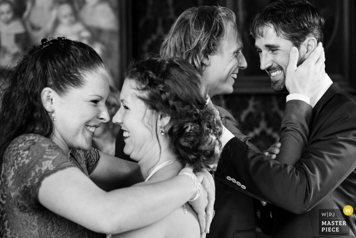 Wedding pictures of Enkhuizen hugs by Noord Holland photographer