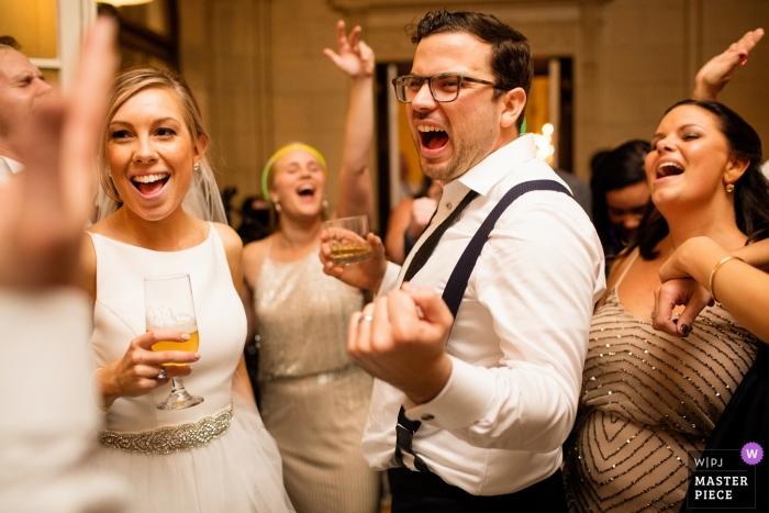 Opatrzność ślubna z parą tańczącą i śpiewającą na przyjęciu RI