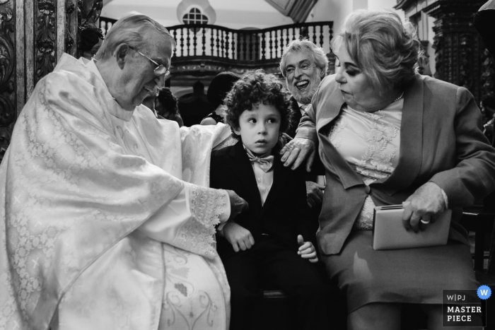 Ouro Preto documental foto de boda del sacerdote hablando con un niño en la iglesia