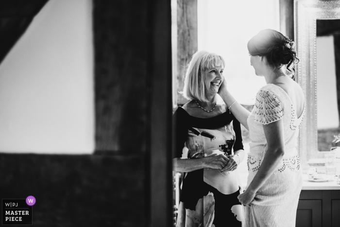 Parr Green Hall, Malpas, Cheshire, UK Hochzeitsfoto Moment zwischen Braut und Mutter.