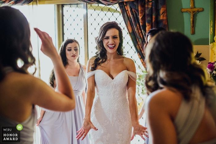 Wollongong, NSW, Australia foto de boda de damas de honor revisando el vestido de la novia   fotografía de boda para Australia