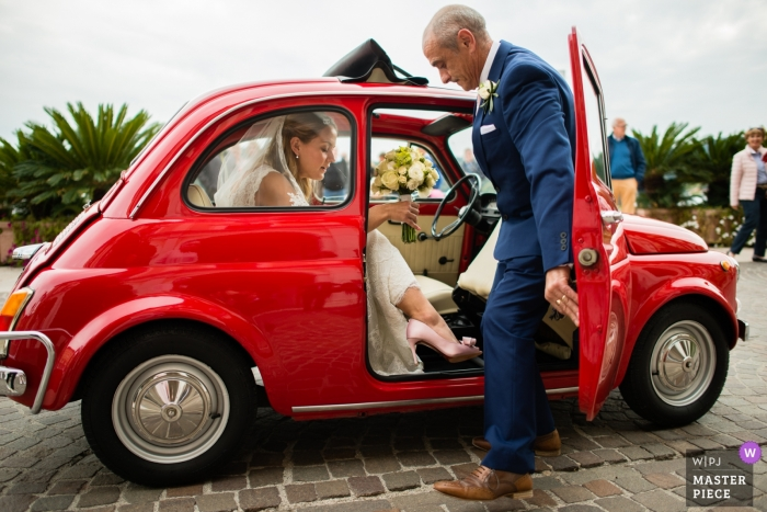 Sesión de boda de Brescia con una novia y un padre que llegan en un auto pequeño - La novia llega