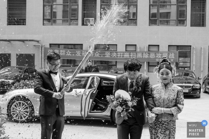 Zhejiang-huwelijksfotografie - het paar komt bij de ontvangst aan met confettinkanon