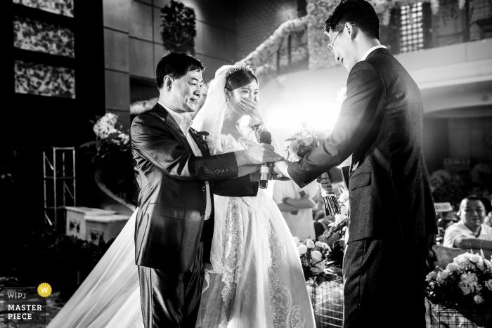 Chine Photos d'un couple lors d'une cérémonie en salle par un photographe de mariage de haut niveau au Henan