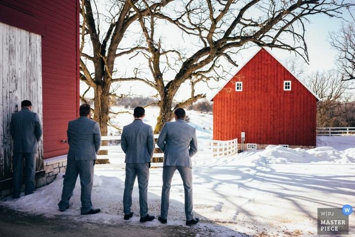 Mariage d'hiver dans le Minnesota | Les mecs prenant une pause dans la neige