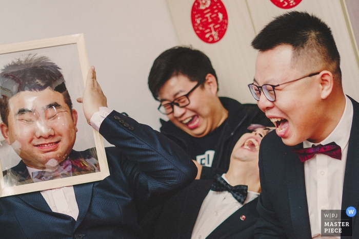 Shaanxi wedding photo   wedding photography of groomsmen participating in the Chinese door games