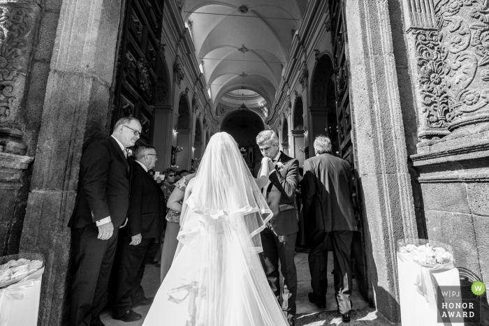 Sicilia Hochzeitsfoto des Vaters, der die Hand der Braut küsst | Hochzeitsfotografie vor der kirchlichen Zeremonie