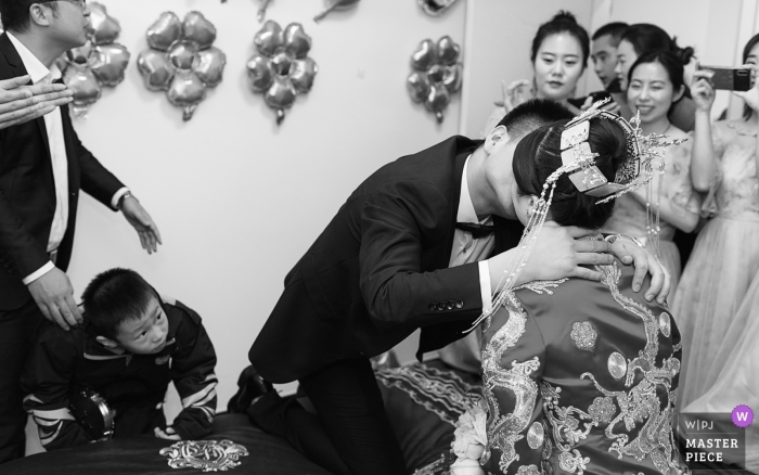 Ville de Weinan, province du Shaanxi, photographie de mariage en Chine | un petit garçon regarda les mariés s'embrasser curieusement, ce qui rendit tout le monde très heureux.