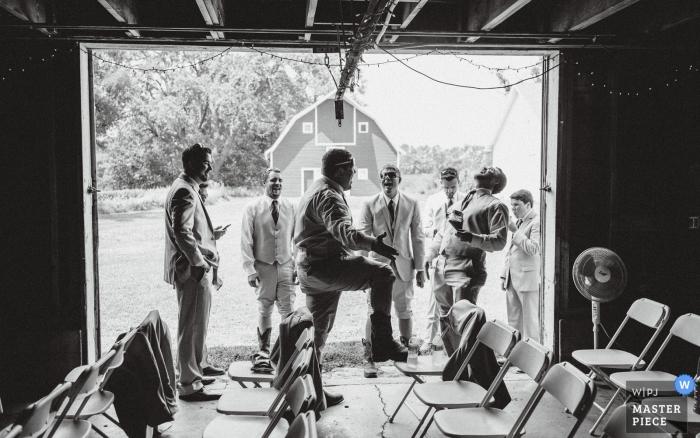 Fotos de boda por Hastings, fotógrafo de Nebraska de padrinos de boda colgando