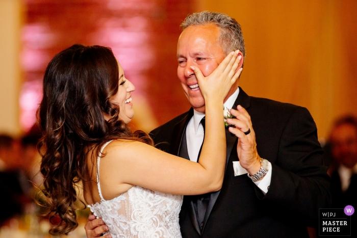 Chino Hills, Ca-de ontvangstfoto van het bestemmingshuwelijk van bruid afvegende scheuren voor papa terwijl het dansen met hem