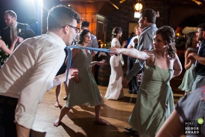 Fotografía de recepción de boda en Chicago con luces en la pista de baile.